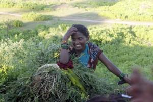 Mujer bicicleta campo